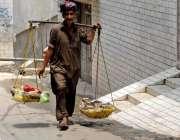 راولپنڈی: ایک محنت کش گلی محلوں میں فروٹ فروخت کر رہا ہے۔