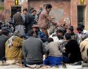 راولپنڈی: مخیر حضرات کی طرف سے لیاقت باغ میٹرو سٹاپ کے قریب مستحق افراد ..