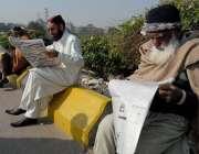 راولپنڈی: فیض آباد میں دھرنے کے شرکاء اخبار پڑھ رہے ہیں۔