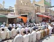 کوئٹہ: نماز جمعہ کی ادائیگی کے موقع پر پولیس اہلکار الرٹ کھڑا ہے۔