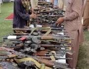 کوئٹہ: کالعدم تنظیموں سے تعلق رکھنے والے 400سے زائد فراریوں کے ہتھیار ..