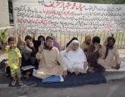 لاہور: پاکستان پوسٹ آفس کے ملازمین اپنے مطالبات کے حق میں پریس کلب کے ..