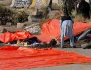 راولپنڈی: فیض آباد تحریک لبیک کے دھرنے میں شریک ایک شخص خیمہ بنانے کے ..