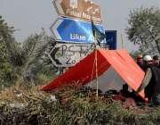 راولپنڈی: فیض آباد تحریک لبیک کے دھرنا شرکاء نے سڑک کنارے خیمہ لگا رکھا ..