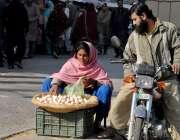 راولپنڈی: ایک محنت کش خاتون فٹ پاتھ پر بیٹھی انڈے فروخت کر رہی ہے۔