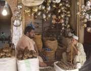 لاہور: دکاندار حقے اور تمباکو فروخت کرنے کے لیے گاہکو کا انتظار کر رہے ..