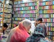 راولپنڈی: کمرشل مارکیٹ سے خواتین عید کی خریداری کر رہی ہیں۔