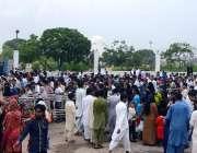 کراچی: شہری بڑی تعداد میں مزار قائد کے اندر جانے کے لیے قطار میں کھڑے ..