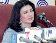 پشاور: پشتون گلوکارہ نازیہ اقبال پریس کانفرنس کر رہی ہیں۔