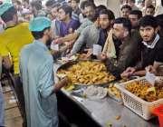 راولپنڈی: مری روڈ پر شہری افتاری کے لیے پکوڑے سموسے خرید رہے ہیں۔