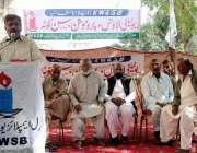 کراچی: لیاقت آباد واٹر بورڈ آفس میں جنرل ایمپلائرز یونین کے صدر خالد ..