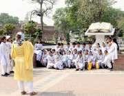 لاہور: ایک سکول ٹیچر گریٹر اقبال پارک میں سیرو تفریح کے لیے آئے طلباء ..
