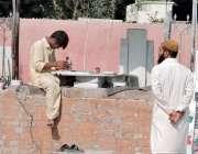لاہور: میانی صاحب قبرستان کے باہر ایک کاریگر کتبے تیار کر رہا ہے۔