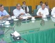 لاہور: وفاقی وزیر ریلویز خواجہ سعد رفیق ہیڈ کوارٹر آفس لاہور میں اعلیٰ ..