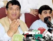 پشاور: وزیر اعظم کے مشیر انجینئر امیر مقام پریس کانفرنس سے خطاب کر رہے ..
