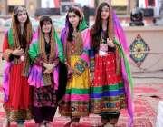 پشاور: خواتین ثقافتی لباس پہنے تین روزہ ہنر میلے میں شریک ہیں۔