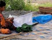 راولپنڈی: 14اگست کے حوالے سے ایک بچی قومی پرچم لگا رہی ہے۔