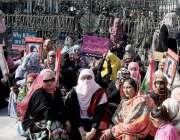 لاہور: پاکستان عوامی تحریک کی خواتین کارکن سانحہ ماڈل ٹاؤن پر جسٹس ..
