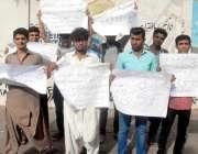 کراچی: کراچی پریس کلب کے سامنے خیر پور میرس ٹھری میروا کے طالبعلم اپنے ..