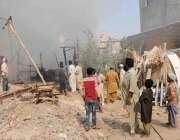 حیدر آباد: آٹو بھان روڈ پر جھونپڑیوں میں لگنے والی آگ سے دھواں اٹھ رہا ..