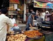 اٹک: دکاندار افطاری کے لیے سموسے پکوڑے تیار کرنے میں مصروف ہیں۔