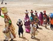 حیدر آباد: خانہ بدوش خواتین اور بچے پینے کے لیے صاف پانی بھر کر لیجا ..