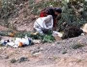 راولپنڈی: کمسن بچی خاندان کا پیٹ پالنے کے لیے کوڑا کرکٹ سے کارآمد اشیاء ..