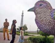 لاہور: گریٹر اقبال پارک میں بچیاں چڑیا کے ماڈل کو دیکھ رہی ہیں۔