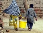 لاہور: صوبائی دارالحکومت کے نواحی گاؤں میں بہن بھائی بالٹی میں پینے ..