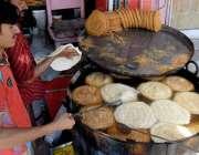 راولپنڈی: رمضان المبارک کی تیاریوں میں مصروف کاریگر پھنیاں بنا رہے ..