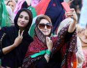 کوئٹہ: پاکستان تحریک انصاف کے جلسہ میں شرکت کے لیے آنیوالی خواتین سیلفی ..