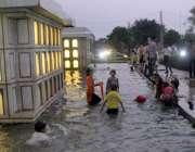 لاہور: لبرٹی مارکیٹ میں لگے فوارے میں بچے نہا رہے ہیں۔