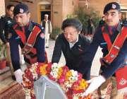 پشاور: جاپان میڈیا وفد کا رکن پولیس شہداء کی یادگار پر پھول چڑھاتے ہوئے۔