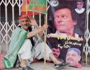 کوئٹہ: پاکستان تحریک انصاف کے جلسہ میں شرکت کے لیے آنیوالا ایک کارکن ..