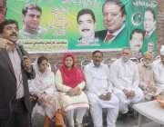 لاہور: پارلیمانی سیکرٹری طارق مسیح گل (ن) لیگ کے دفتر میں پانامہ کیس ..