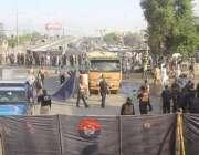 لاہور: فیروز پور روڈ پر دھماکے کے بعد سیکیورٹی اہلکار شواہد اکٹھے کرنے ..