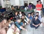 حیدر آباد: ون وہیلنگ کرنے والے نوجوانوں کو پولیس گرفتار کر رہی ہے، دوسری ..