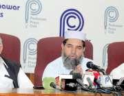 پشاور: فاٹا سیاسی اتحاد کے صدر سرفراز خان فاٹا اصلاحات کے حوالے سے پریس ..