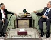 اسلام آباد: وفاقی وزیر خزانہ سینیٹر اسحاق ڈار سے گونر سندھ محمد زبیر ..