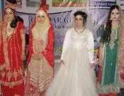 لاہور: مقامی کالج کے زیر اہتمام بیوٹیشن ورکشاپ کے موقع پر طالبات ریمپ ..