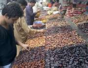 لاہور: شہری افتاری کے لیے کھجوریں خرید رہے ہیں۔