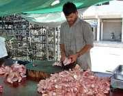 اسلام آباد: سستے رمضان بازار میں ایک دکاندار مرغی کا گوشت بنا رہا ہے۔