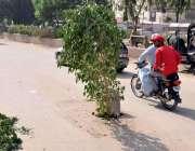 حیدر آباد: تعلیمی بورڈ آفس کے سامنے سڑک کے درمیان مین ہول کھلا ہوا ہے ..
