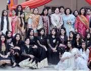 راولپنڈی: گورنمنٹ کالج ایف بلاک میں فن فیئر کے موقع پر طالبات کا ڈاکٹر ..