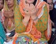 لاہور: تحریک انصاف کی رہنما مسرت جمشید چیمہ اور دیگر خواتین حلقہ این ..