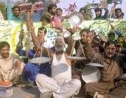 لاہور: ریڑھی بان ٹریفک پولیس مغلپورہ کے انسپکٹر کے خلاف احتجاج کر رہے ..