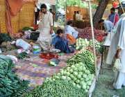 اسلام آباد: سستے رمضان بازار سے شہری سبزیاں خریدنے میں مصروف ہیں۔