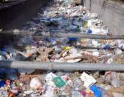 لاہور: فیصل ٹاؤن کالج روڈ پر گندا نالہ کوڑے سے بھرا پڑا ہے جو انتظامیہ ..