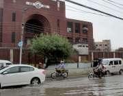 لاہور: شہر میں دوپہر کے وقت ہونیوالی بارش کے بعد سی سی پی او آفس کے سامنے ..