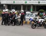 راولپنڈی: ڈولفن پولیس اہلکار دوران ڈیوٹی رحمان آباد روڈ کنارے کھڑے ..